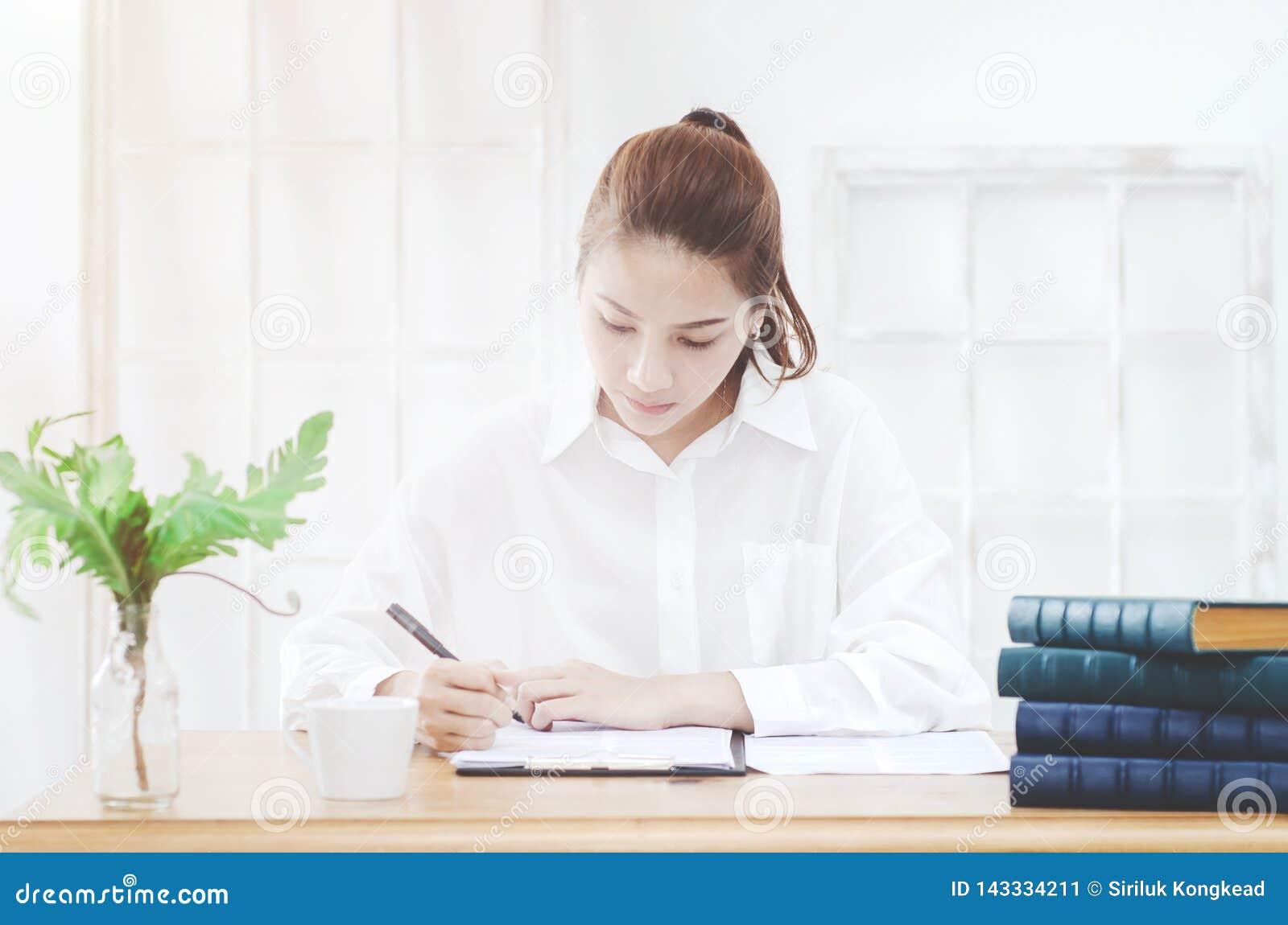 Femme travaillant dans la chambre