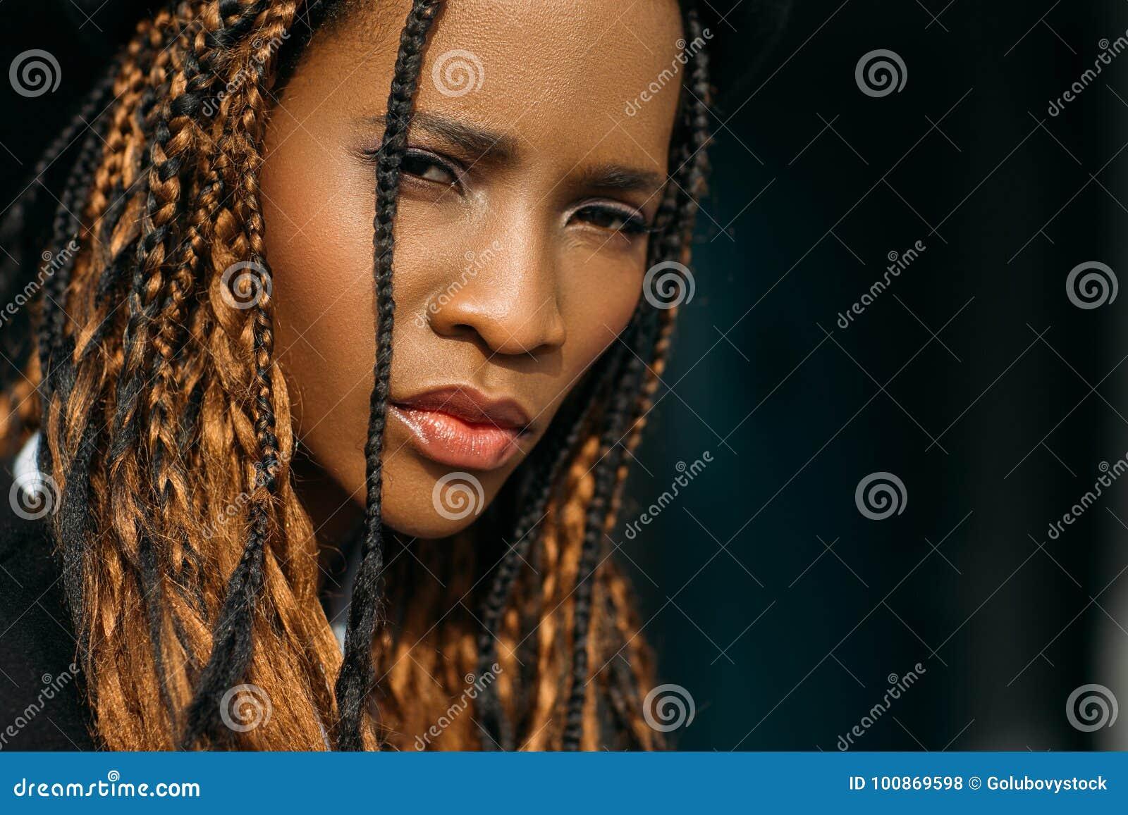 Femme triste d afro-américain Émotion méfiante