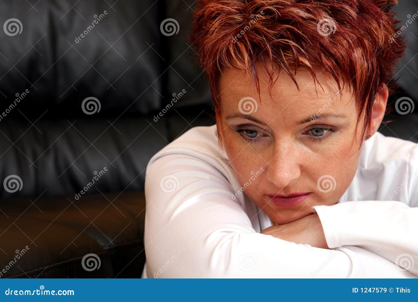 Femme triste de roux