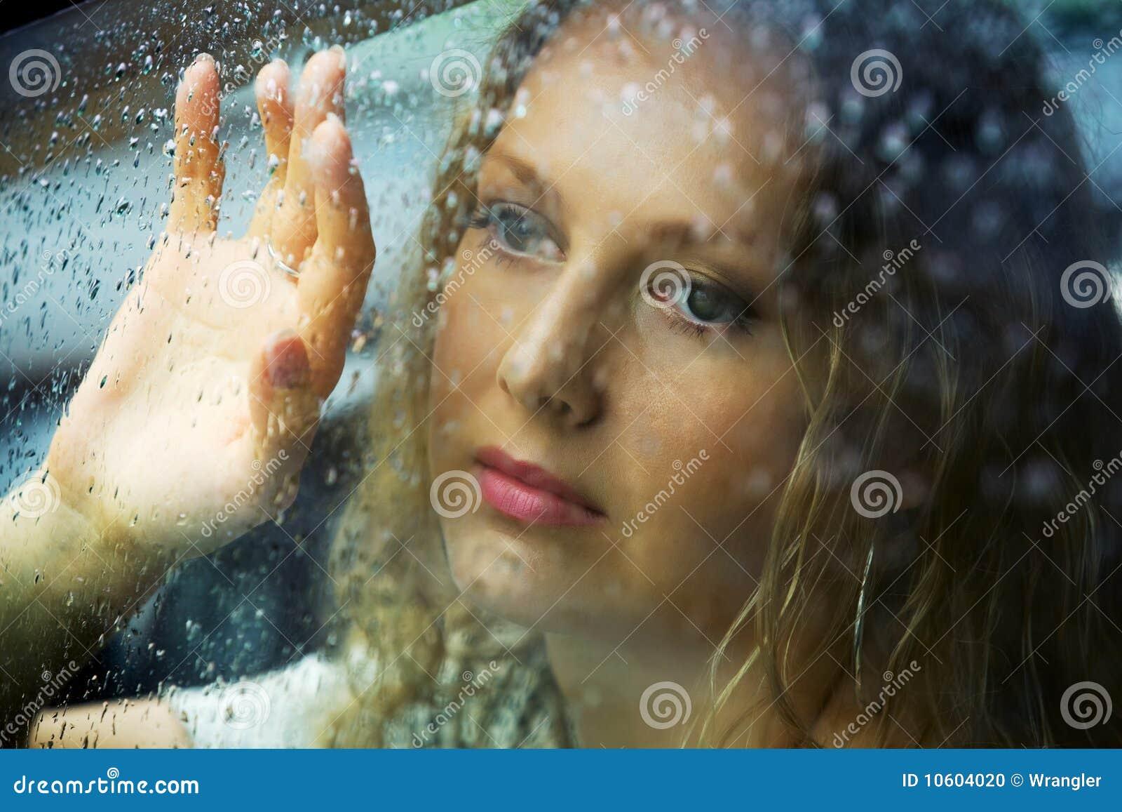 Femme triste et une pluie