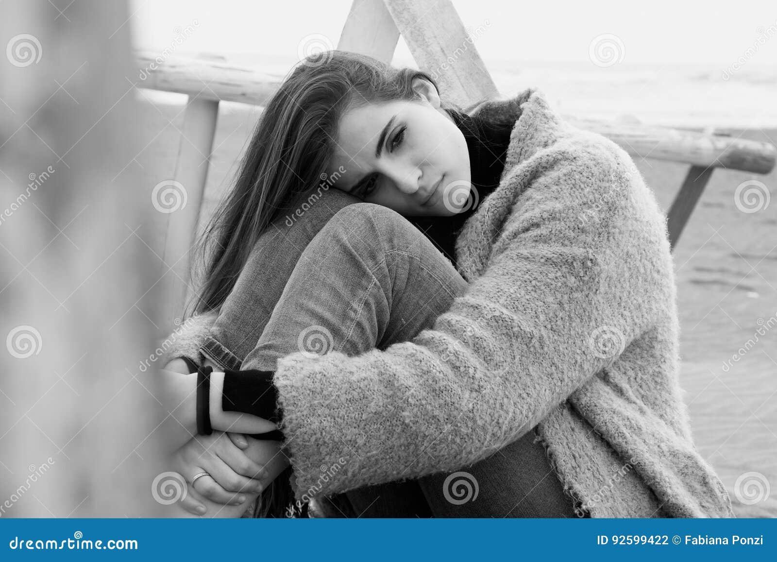 Femme Triste Pleurant Sur Noir Et Blanc Perdu Et Seul De