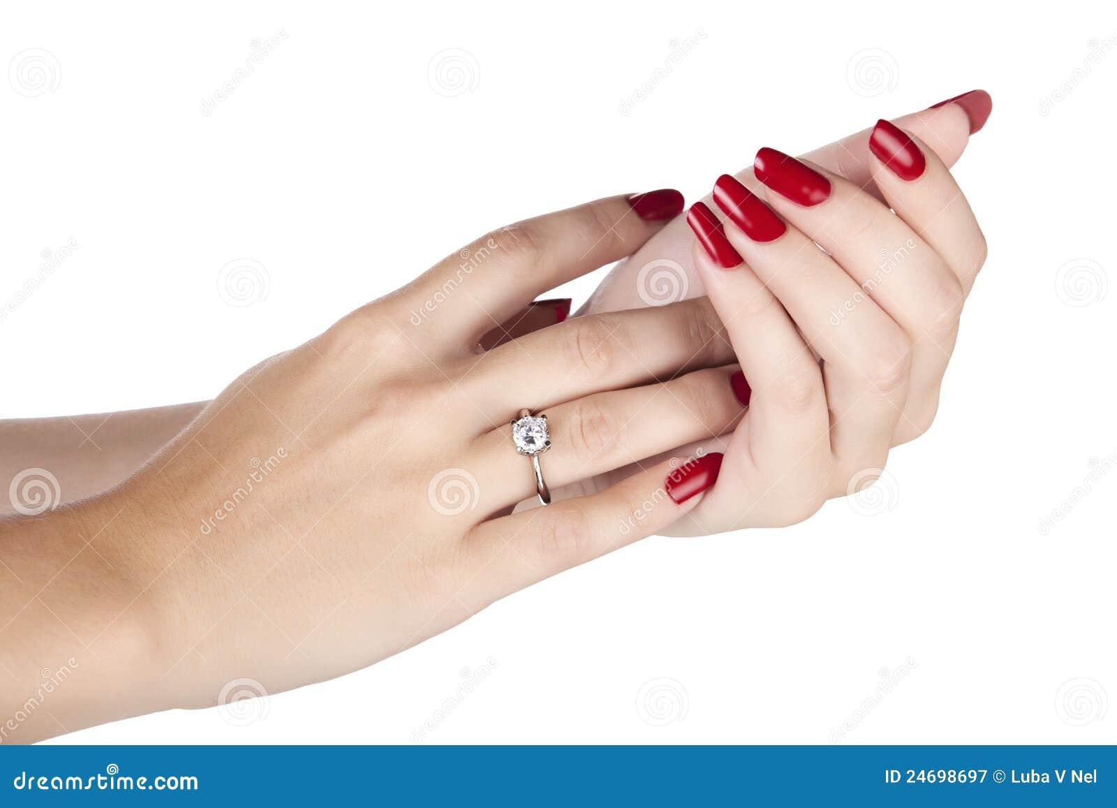 Femme utilisant une bague à diamant