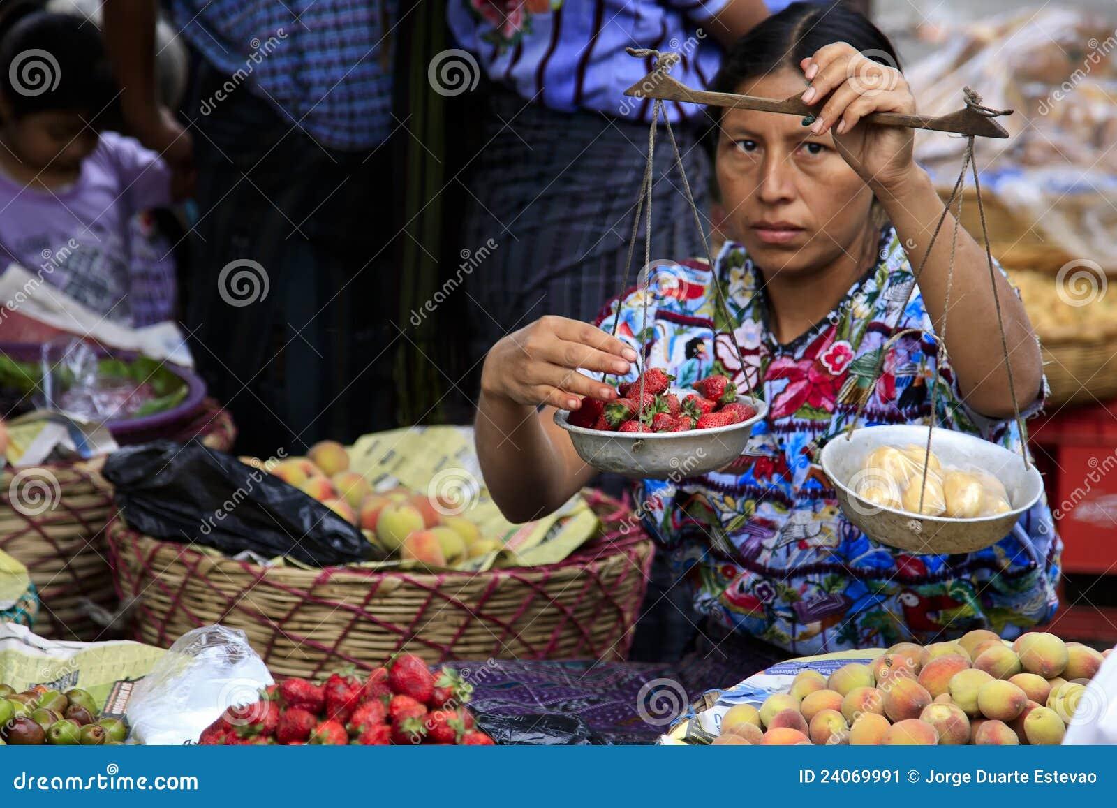 Femme vendant le fruit dans Santiago Atitlan, Guatemala