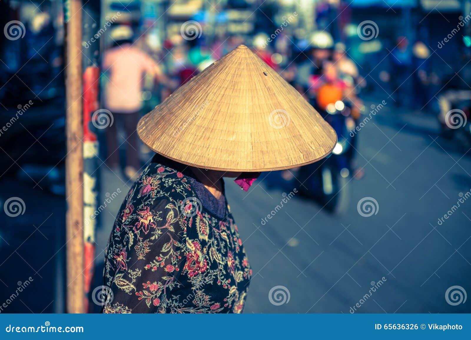 Femme vietnamienne dans le chapeau triangulaire