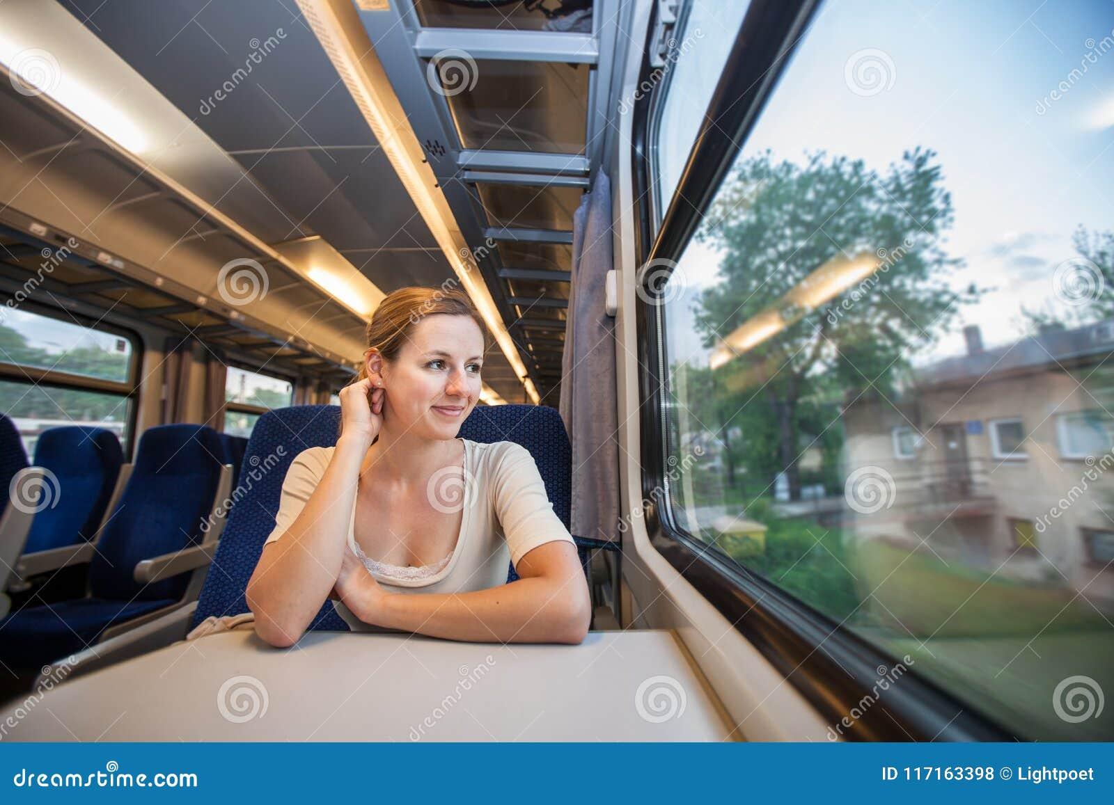 Femme voyageant par chemin de fer
