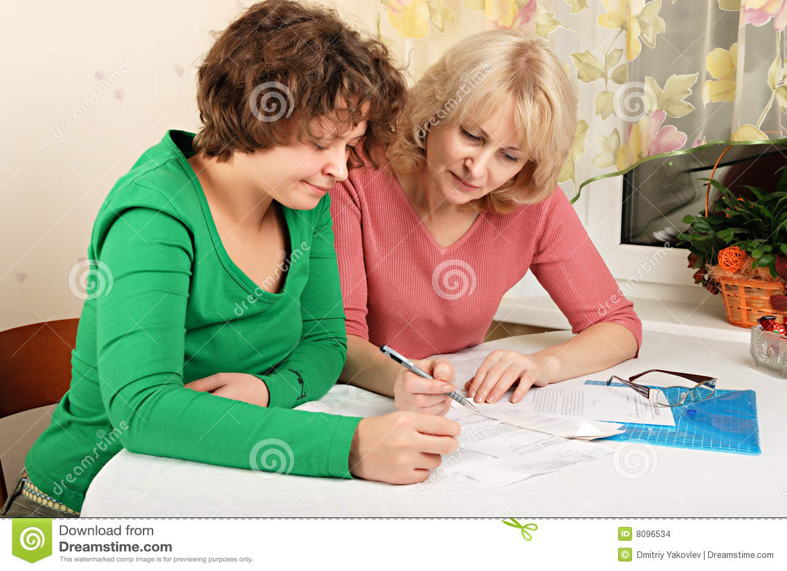 Femmes adultes et jeunes avec des documents