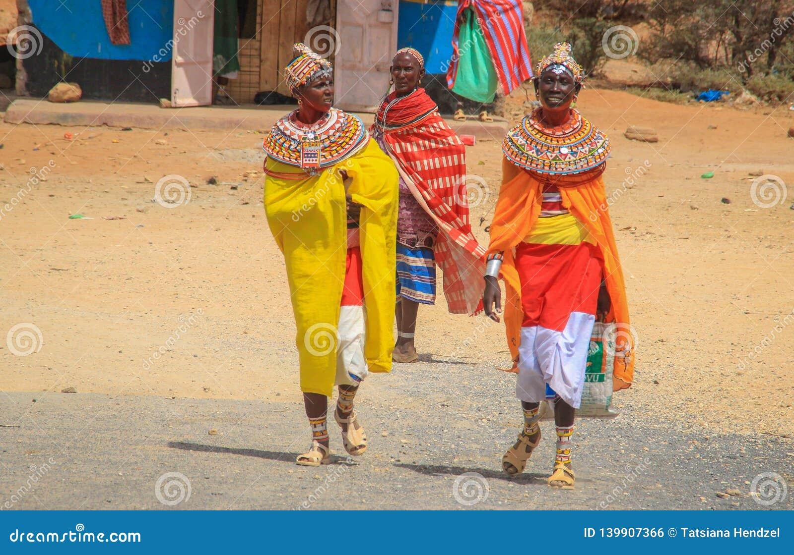 Femmes africaines de la tribu de Samburu apparentée à la tribu de masai en bijoux nationaux
