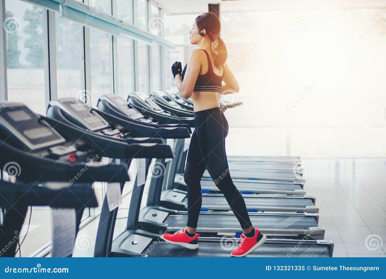 Sport Femmes Des Asiatiques Au De Gymnase Courant Tandis Chaussures fbgYy7vI6