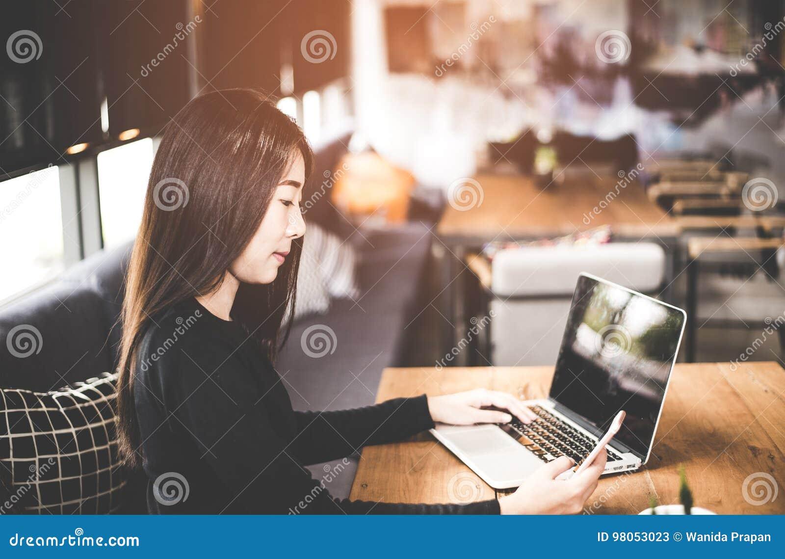 Femmes asiatiques d affaires à l aide de la tablette pour travailler avec des données financières dans l espace de travail