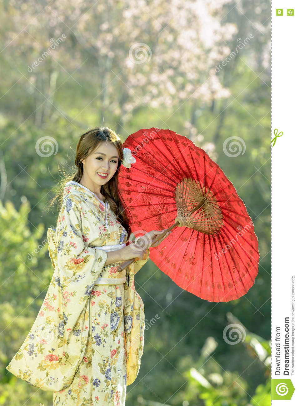 femmes asiatiques utilisant le kimono japonais traditionnel et le parapluie rouge photo stock. Black Bedroom Furniture Sets. Home Design Ideas