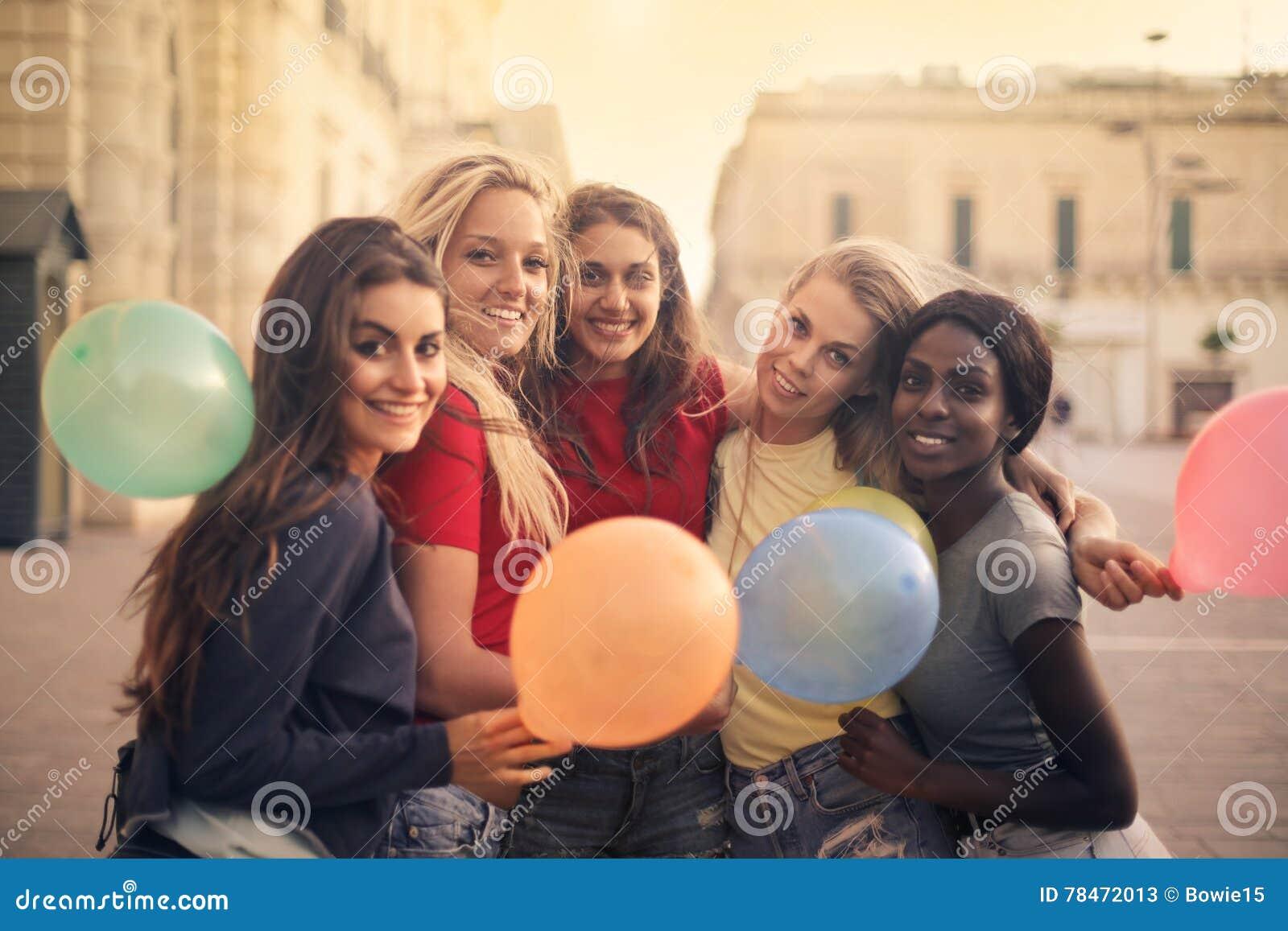 Femmes avec des ballons