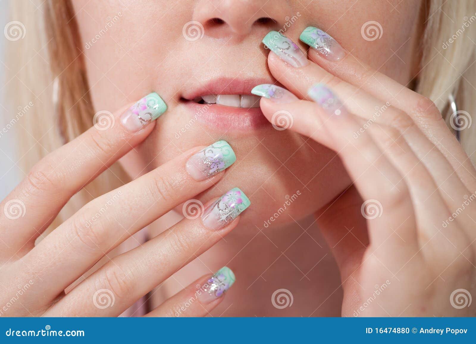 Femmes avec les ongles acryliques