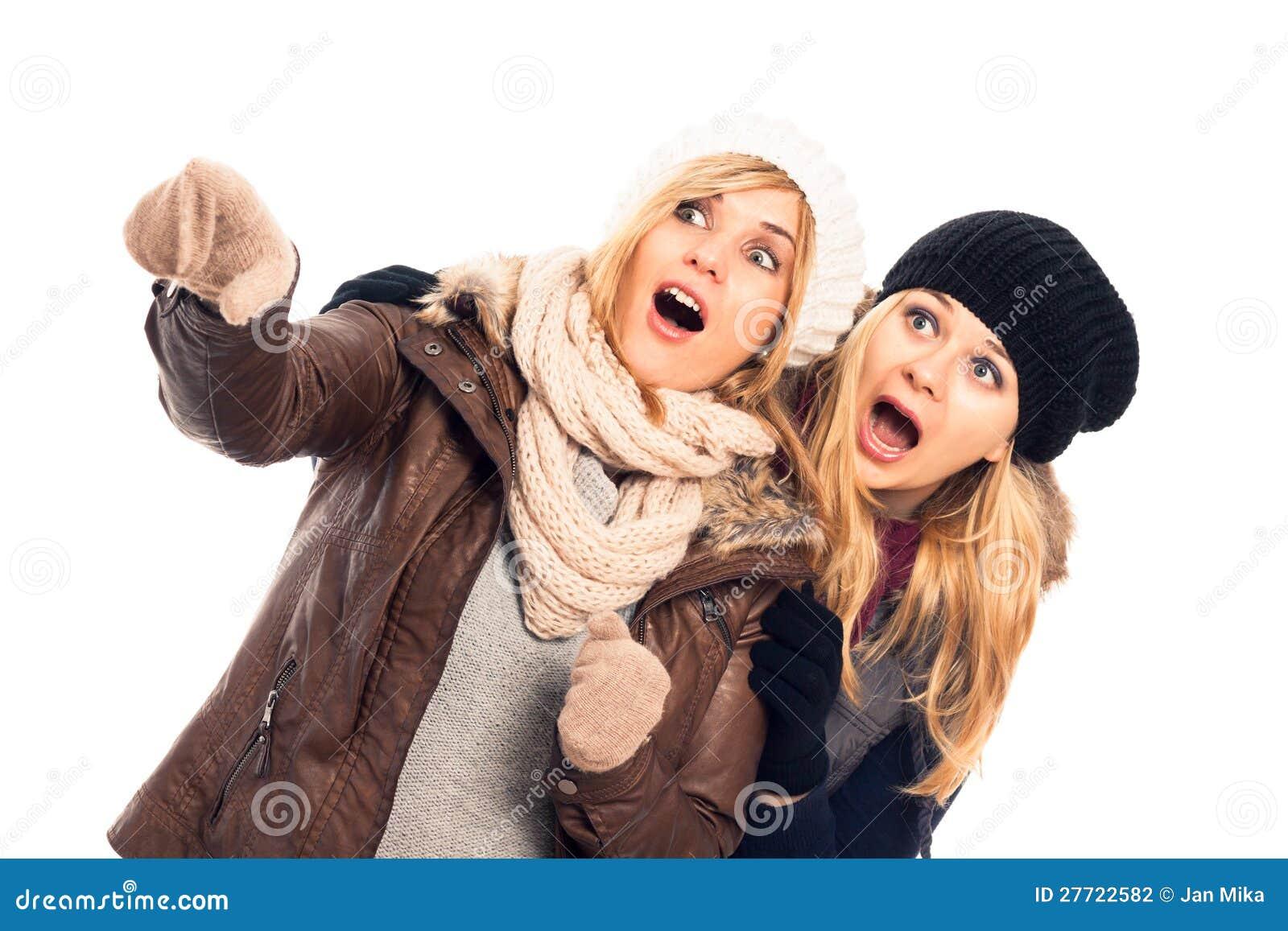 Femmes choqués au pointage de vêtements de l hiver