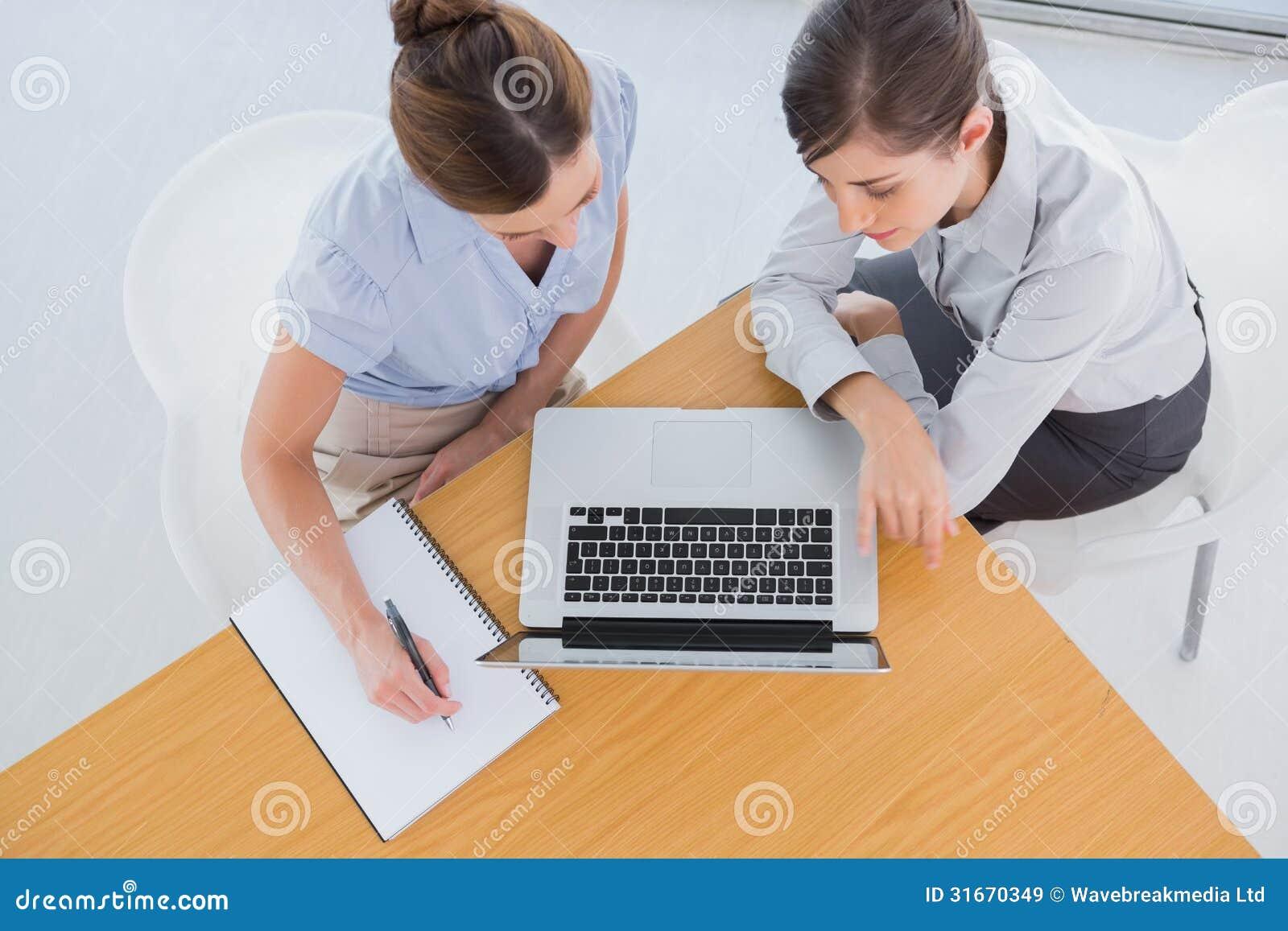 Femmes d affaires ayant une réunion