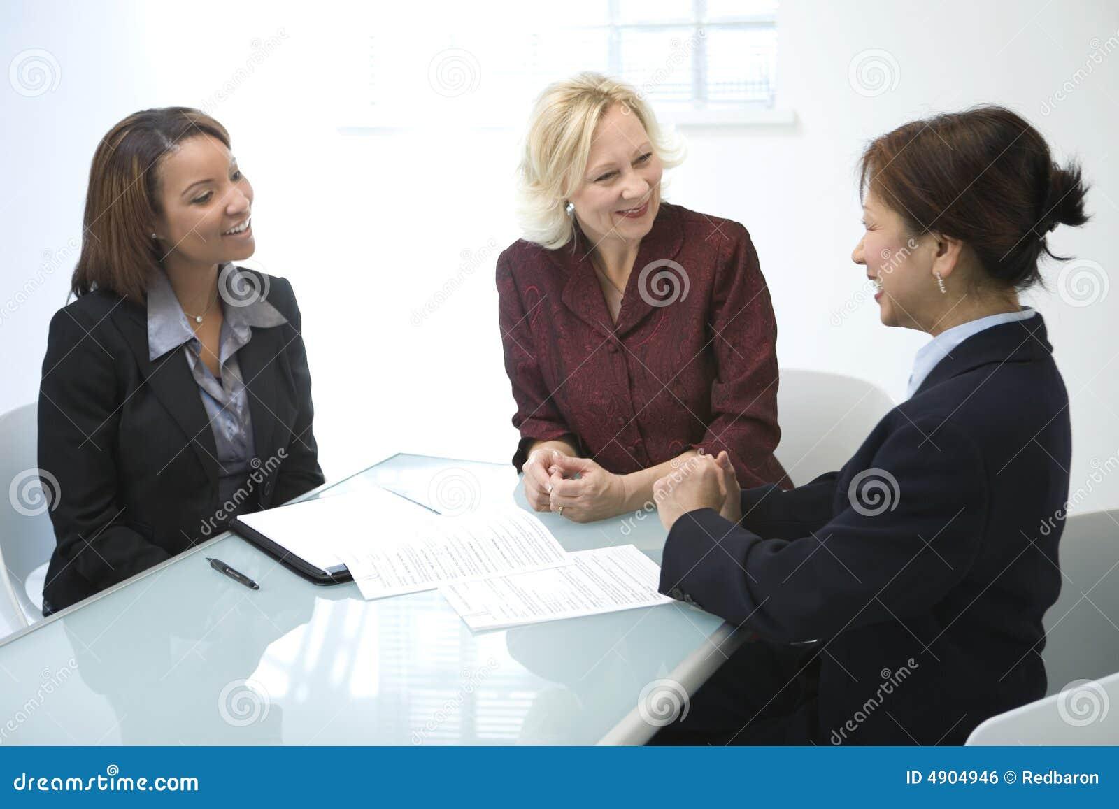 Femmes d affaires lors d un contact