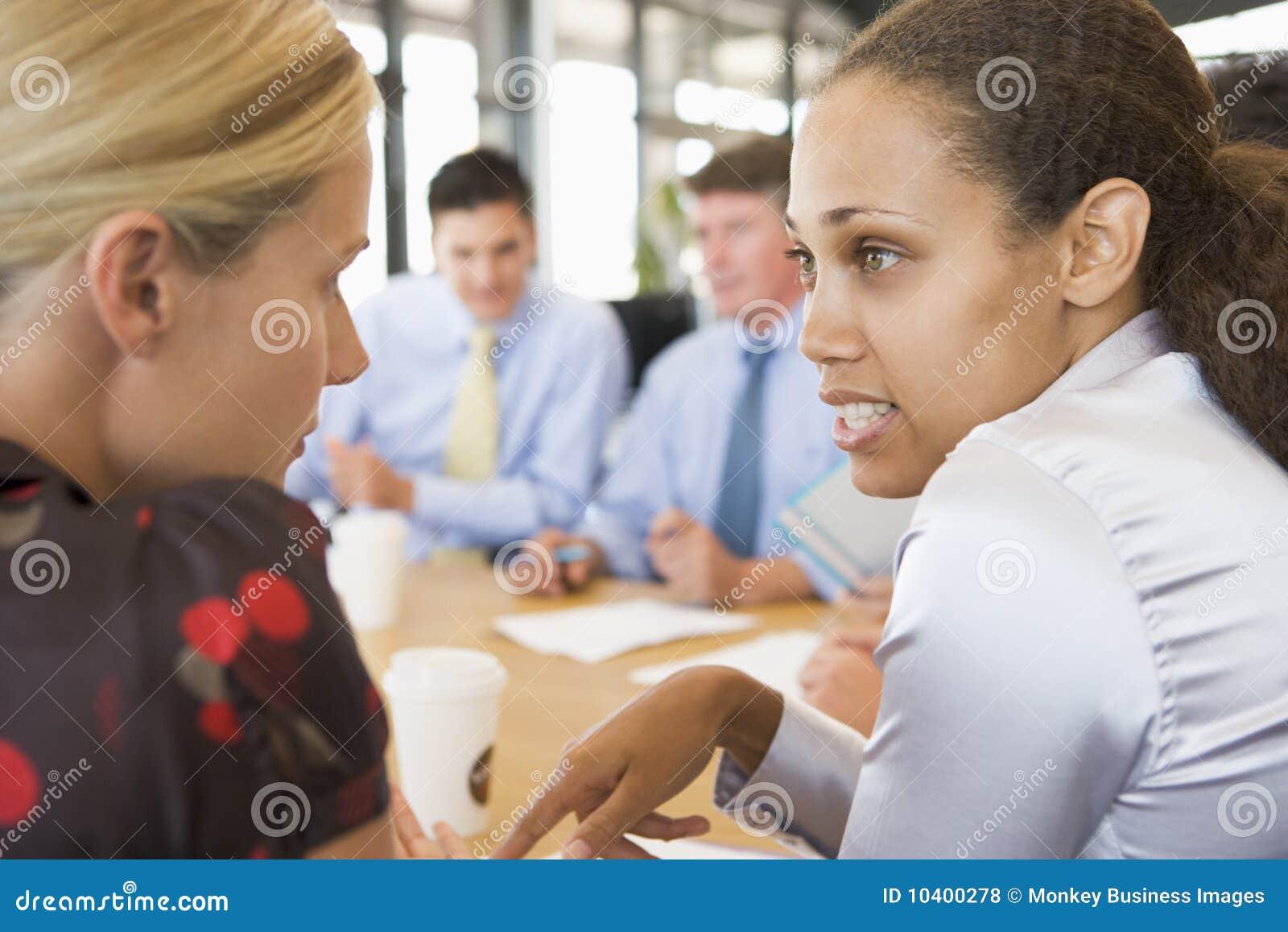 Femmes d affaires parlant entre eux au cours du contact