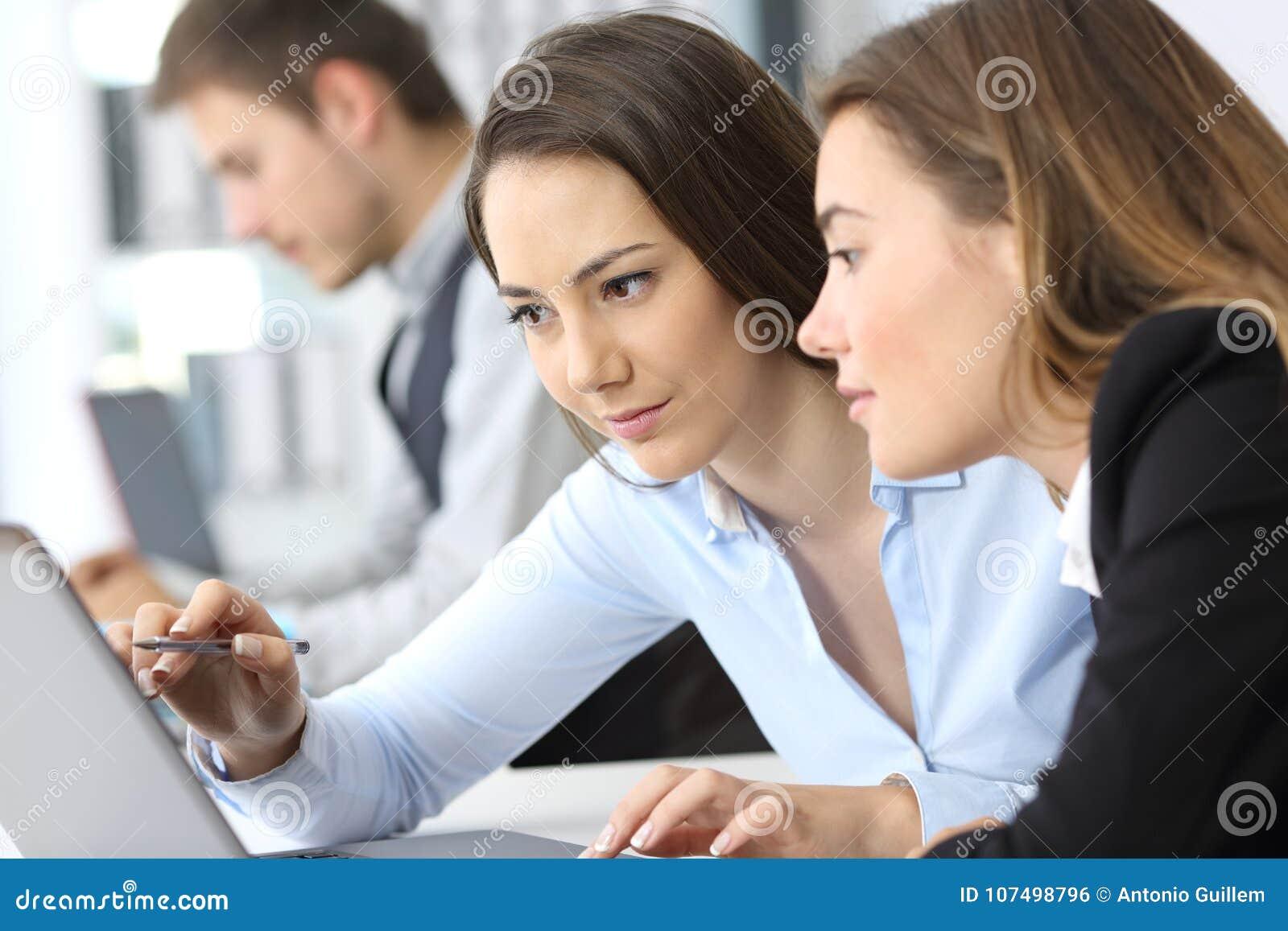 Femmes d affaires travaillant sur la ligne ensemble