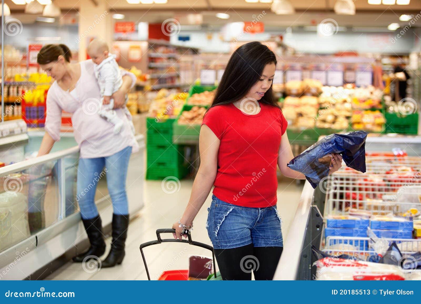 Femmes dans des achats de mémoire d achats