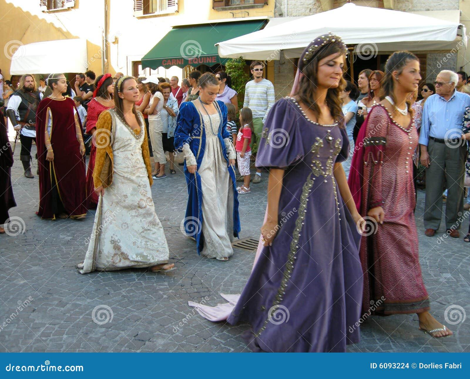 Femmes dans des costumes médiévaux de périodes