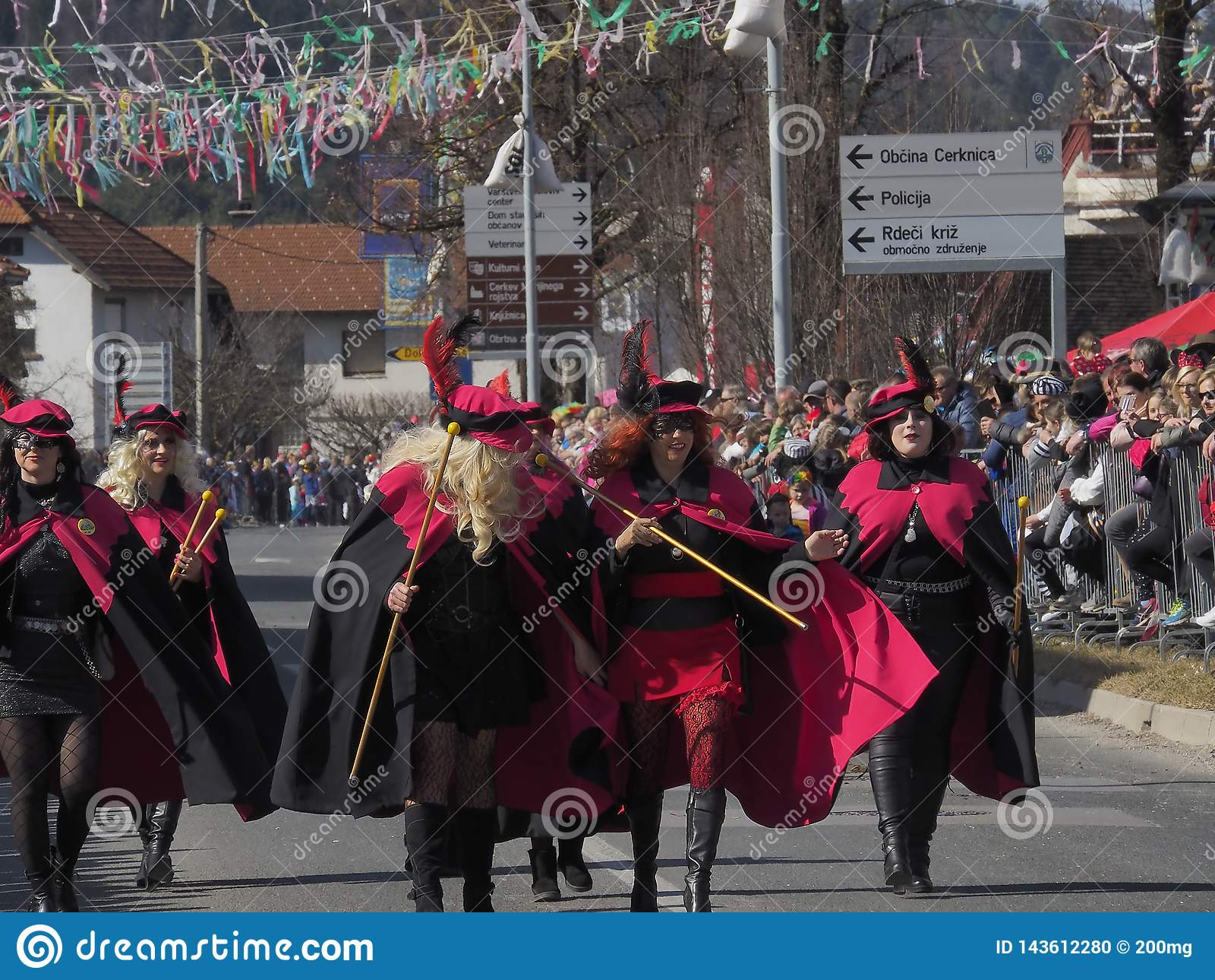 Femmes dans des costumes pour le défilé de ressort