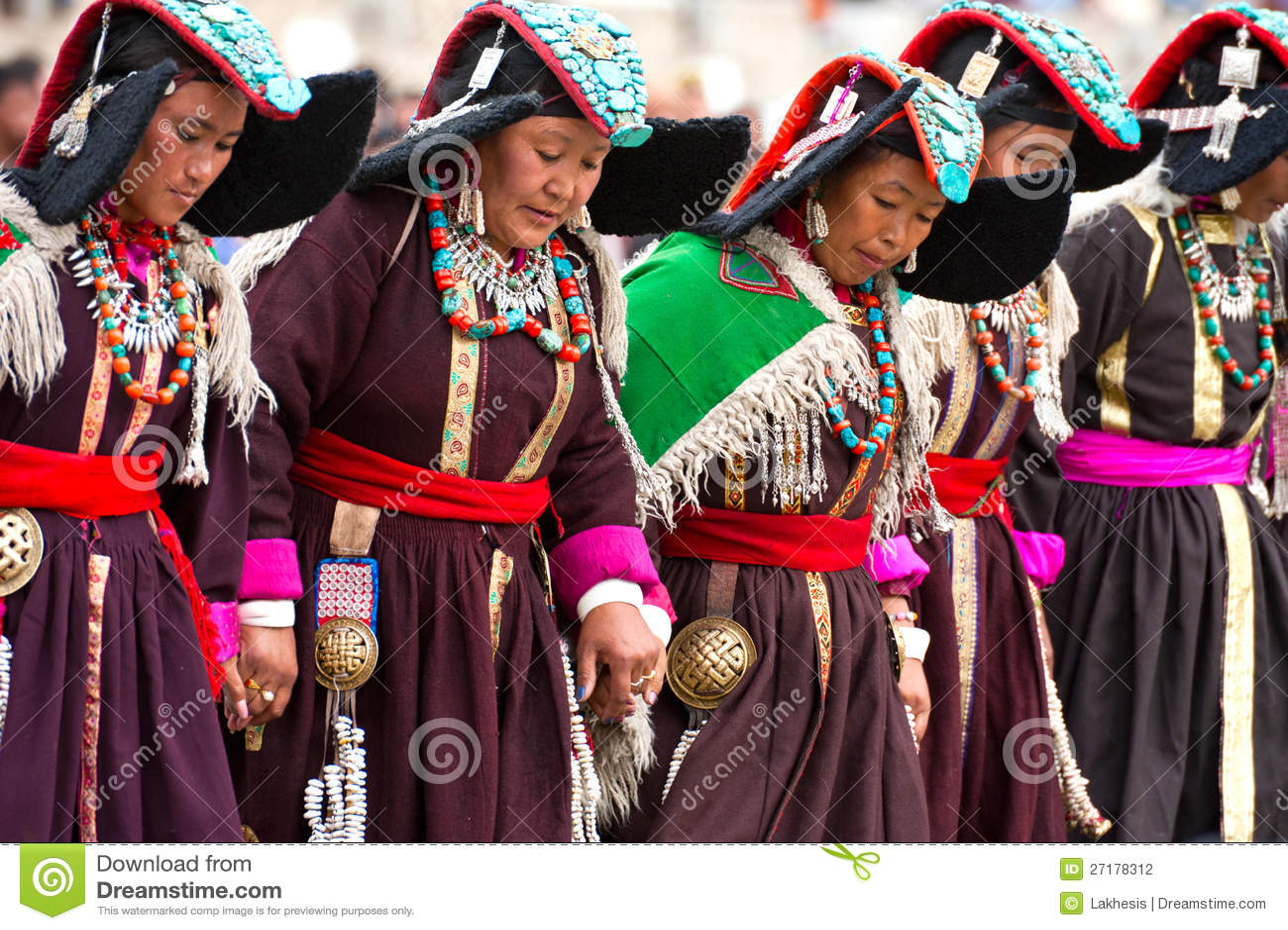 Femmes dans des vêtements tibétains exécutant la danse folklorique
