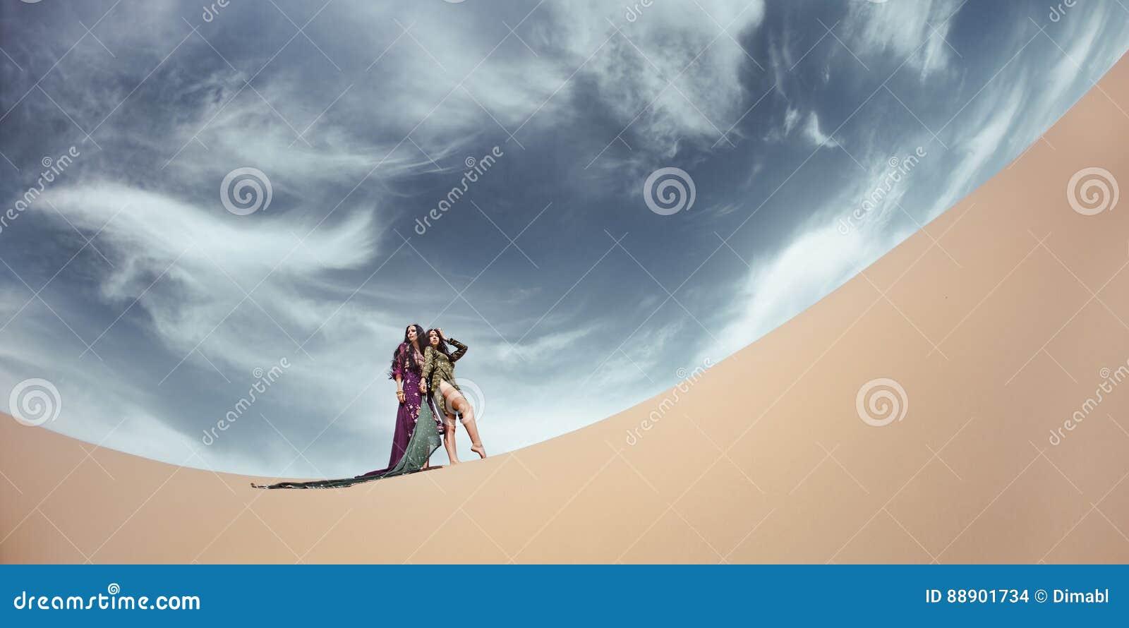 Femmes dans le paysage de désert concept de course