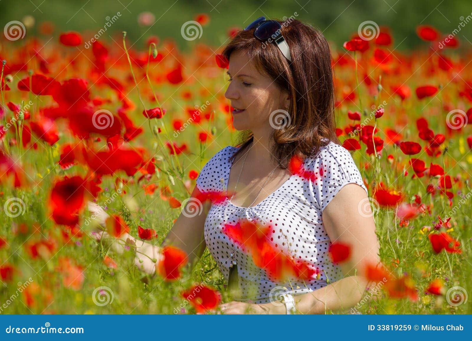 Femmes dans les pavots rouges