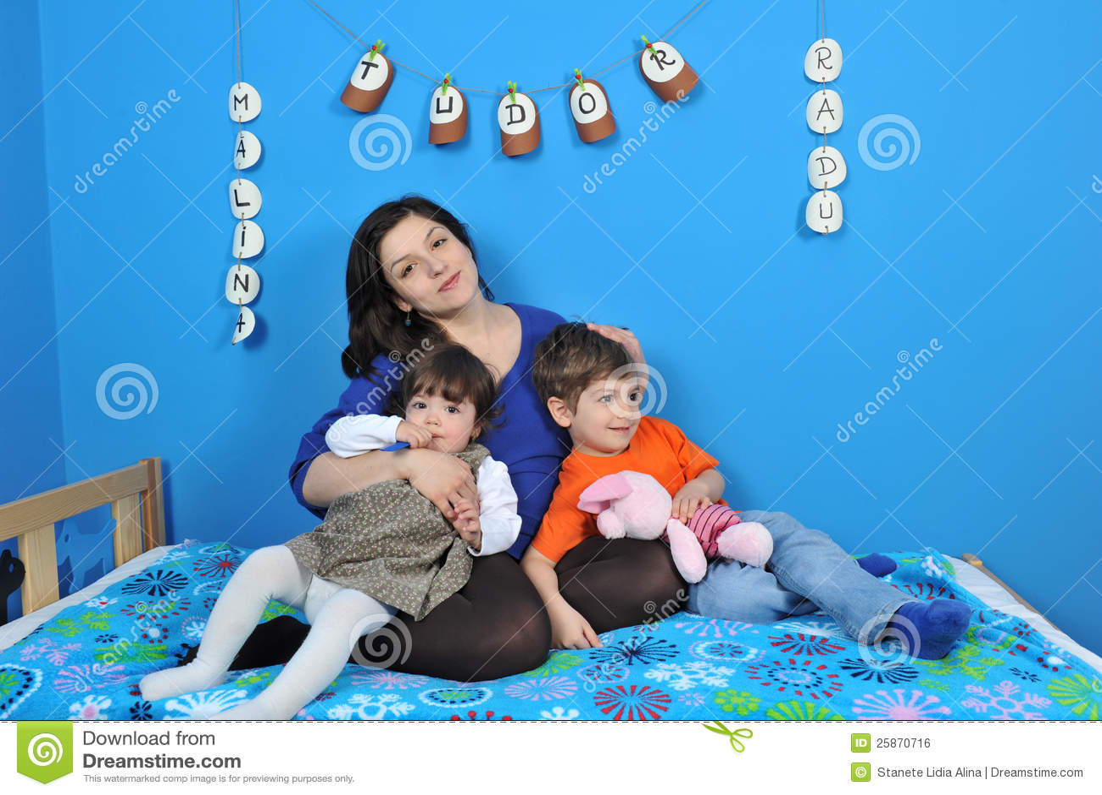 Femmes enceintes heureux et petits gosses