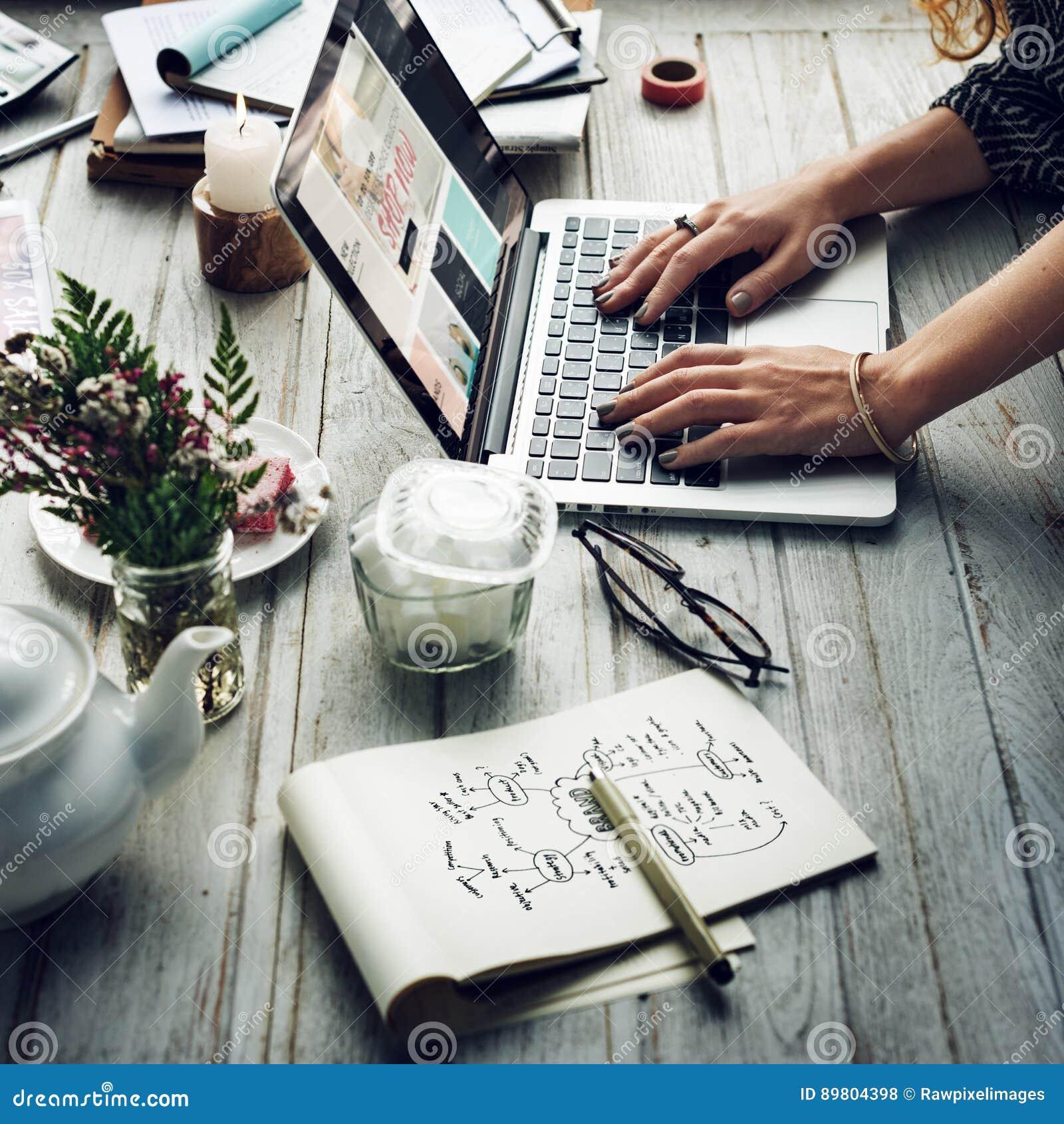Femmes faisant des emplettes en ligne utilisant le concept de dispositifs