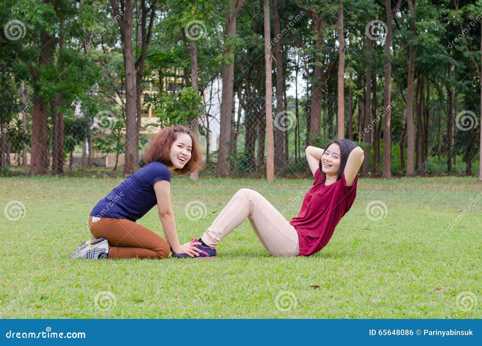 Femmes faisant l exercice en parc