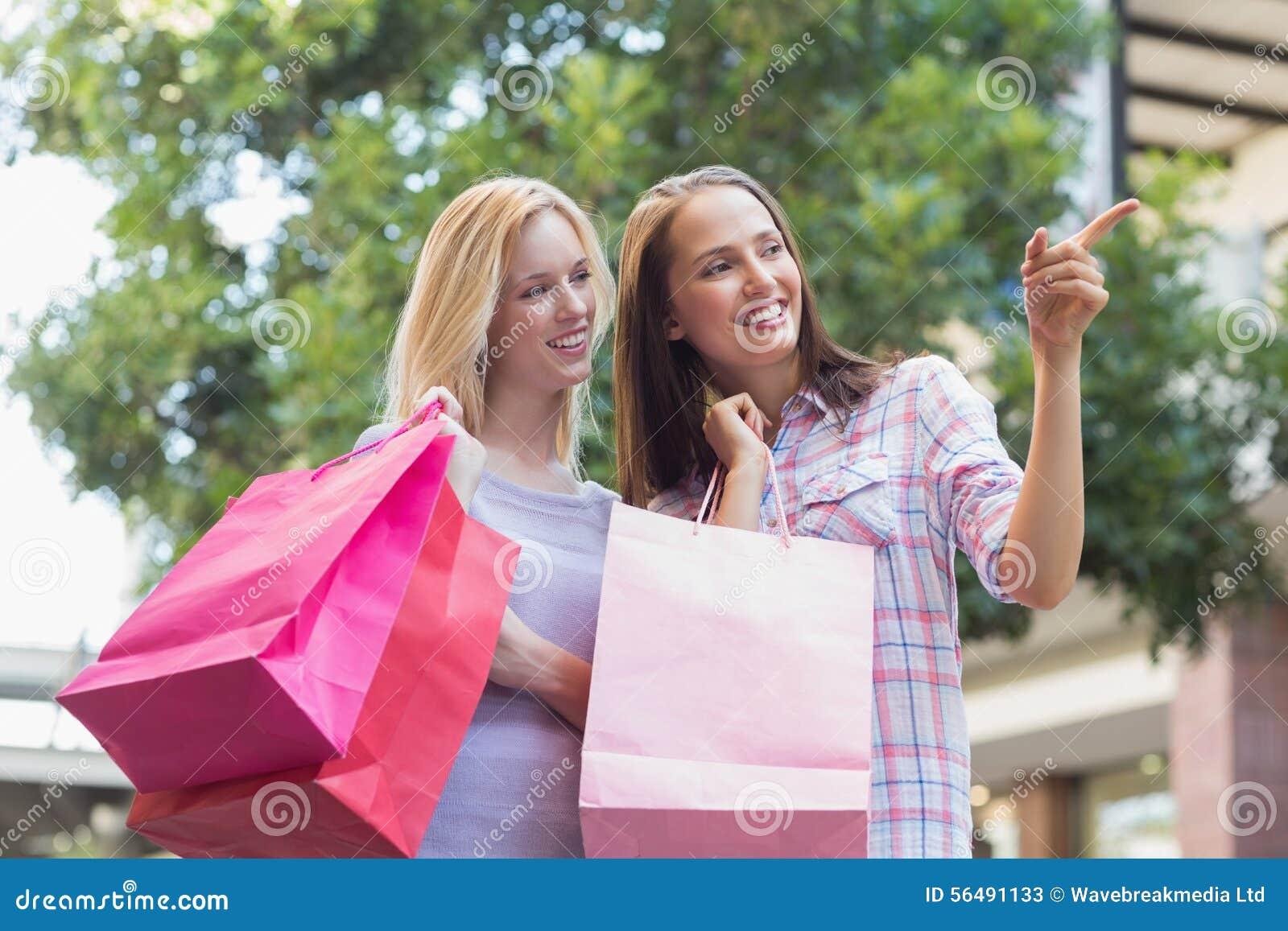 Femmes heureuses avec des paniers et se diriger loin