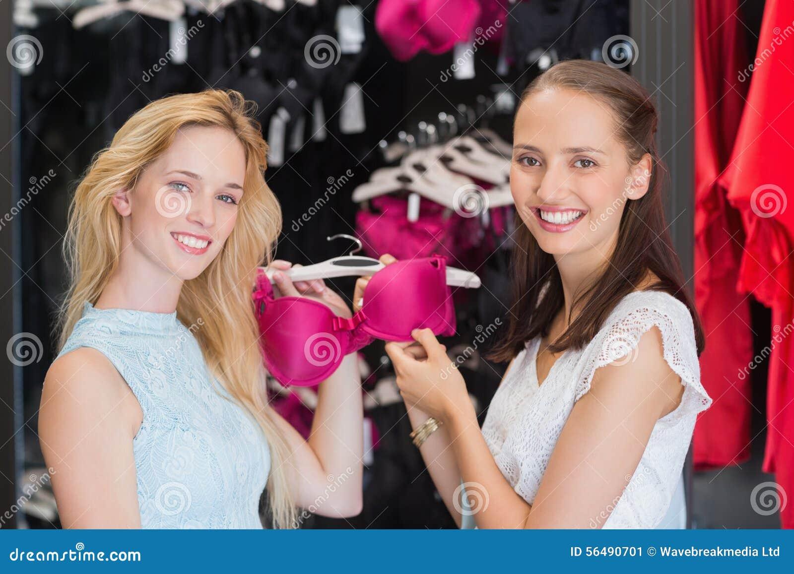 Femmes heureuses montrant un soutien-gorge