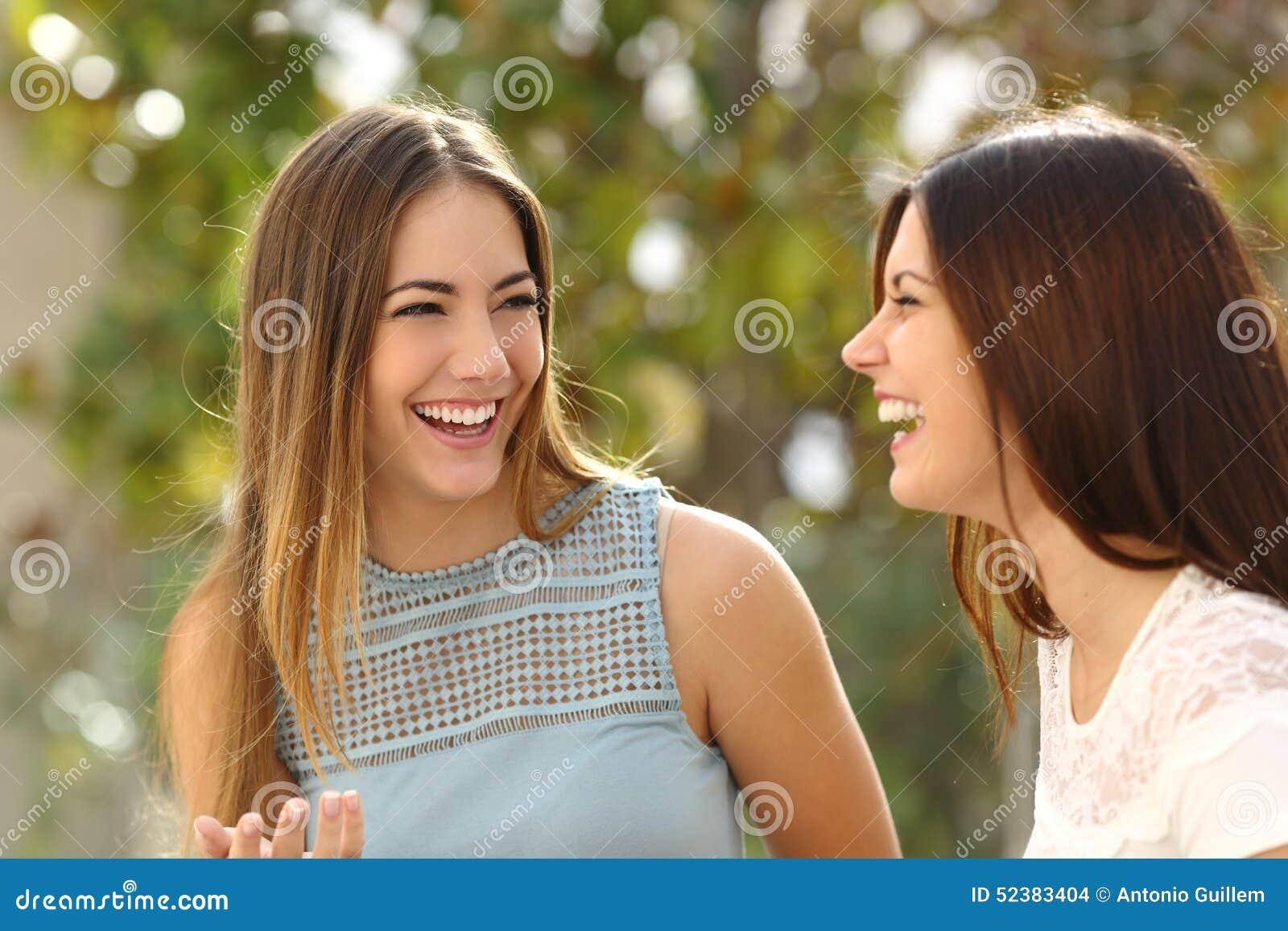 Femmes heureuses parlant et riant