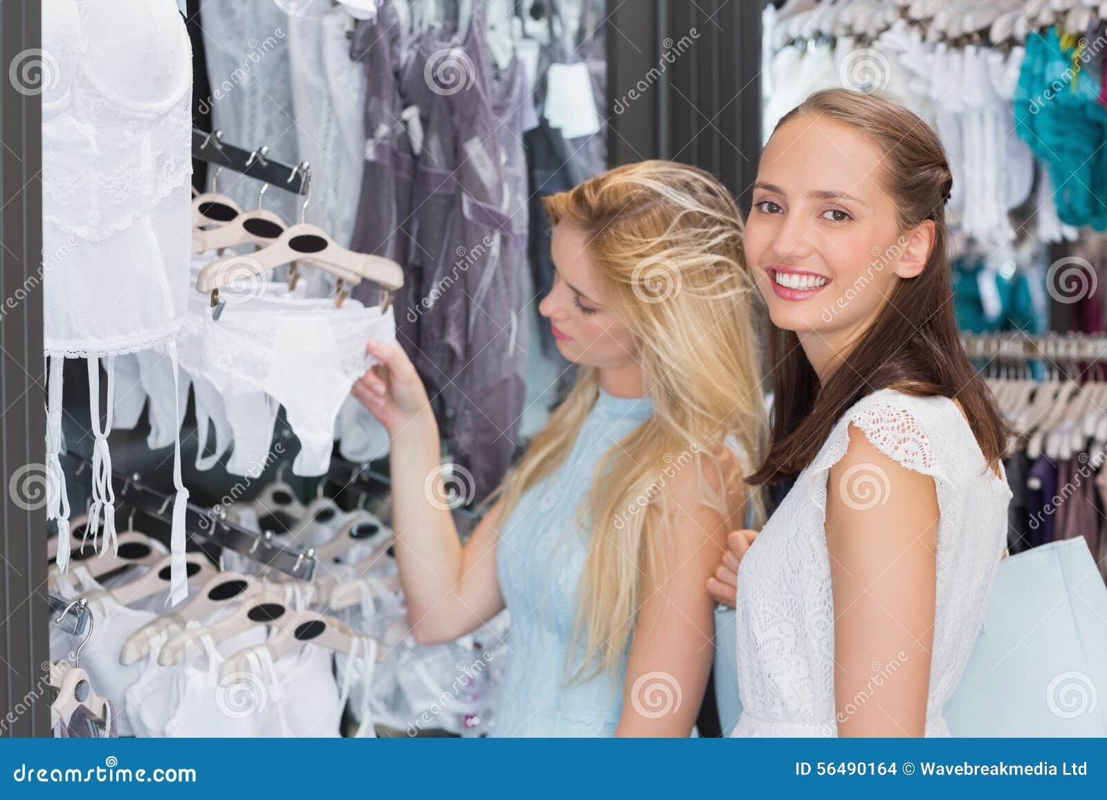 Femmes heureuses regardant la lingerie