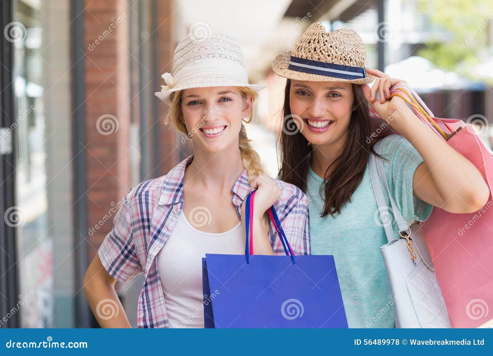 Femmes heureuses souriant à l appareil-photo avec des paniers