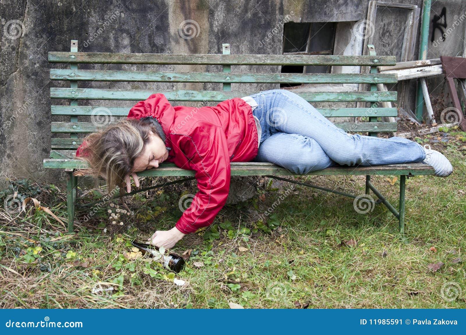 Une femme ivre abuse par des hommes lors d'une camra