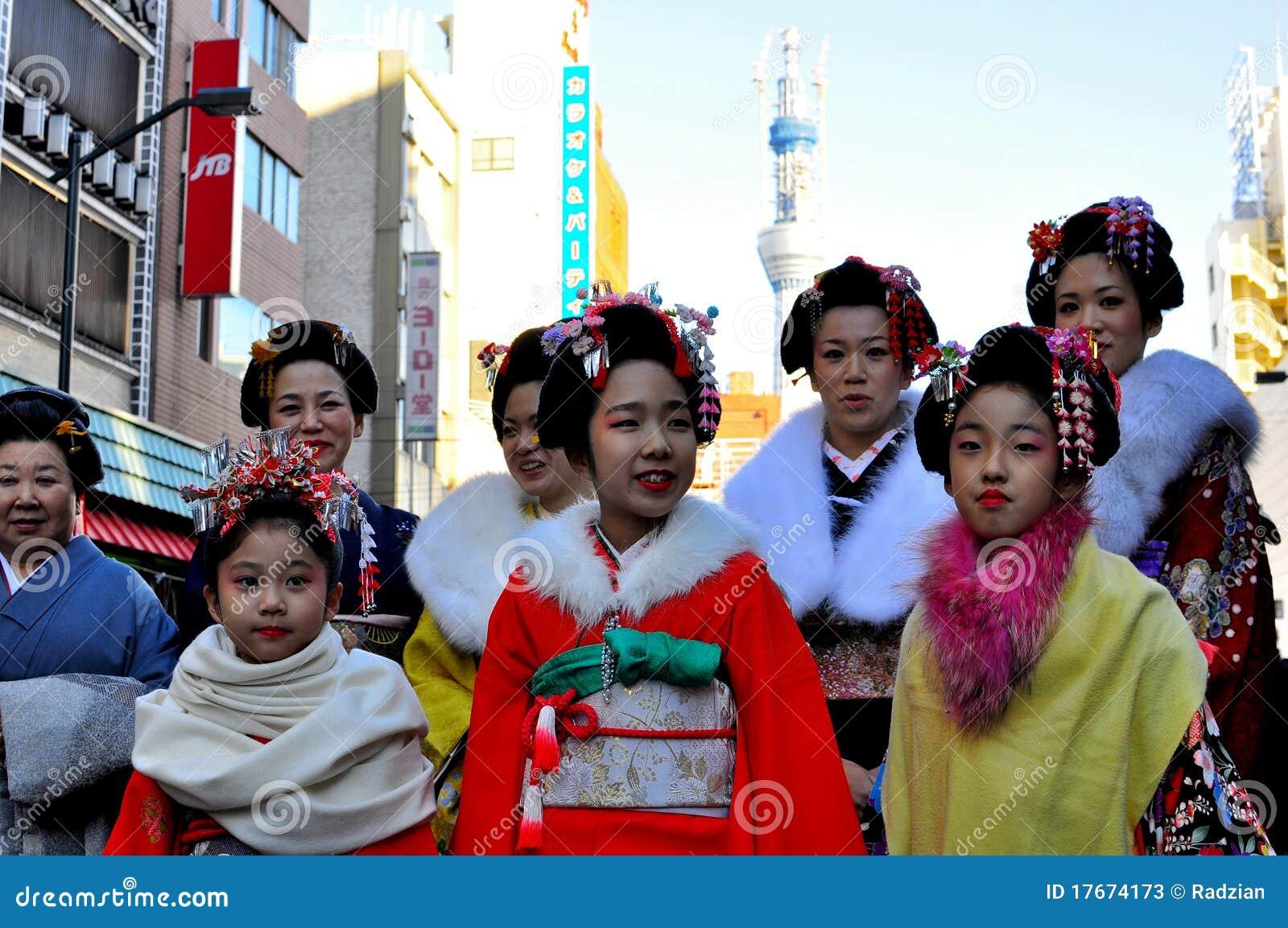 Femmes japonais traditionnels dans le kimono