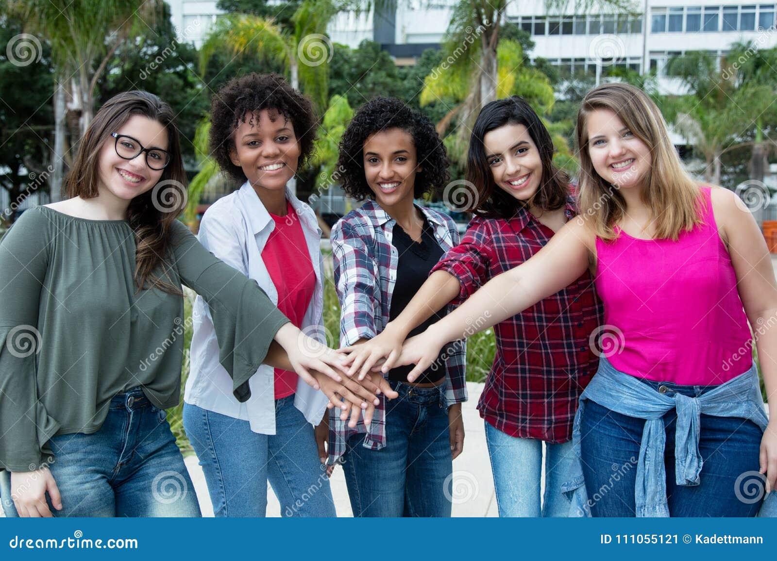 5 femmes latines et de Caucasien et d afro-américain gardent ensemble