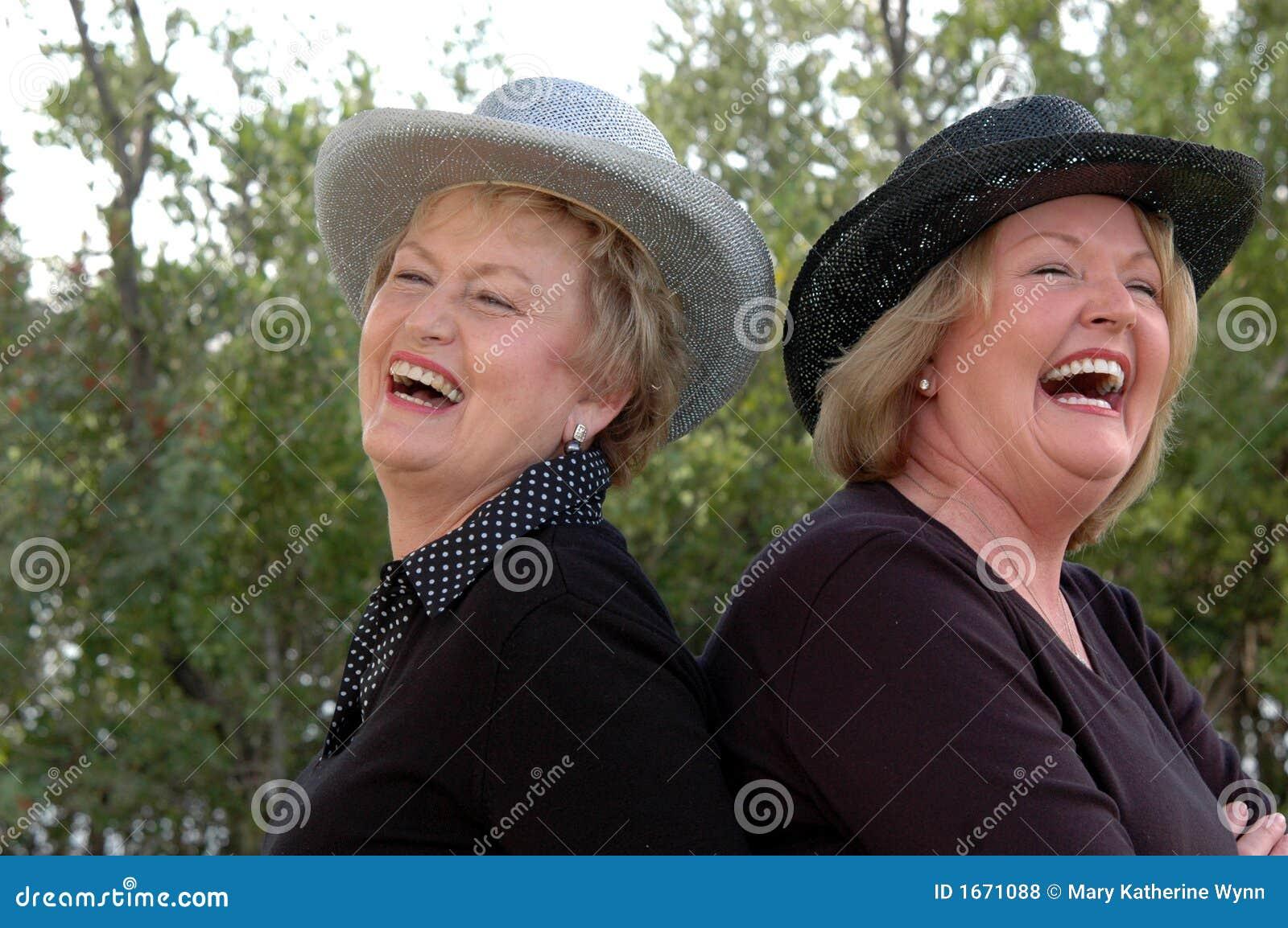Femmes plus âgées riantes