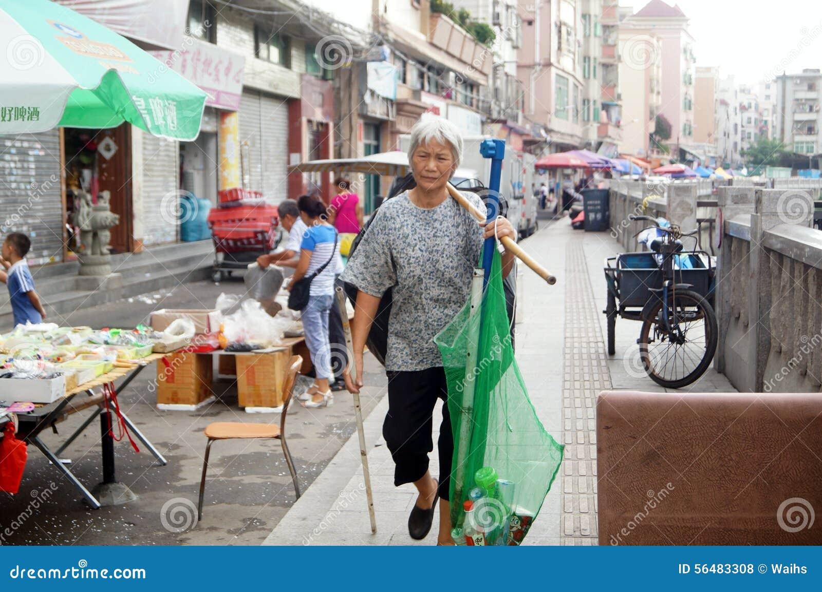 Femmes qui prennent les déchets