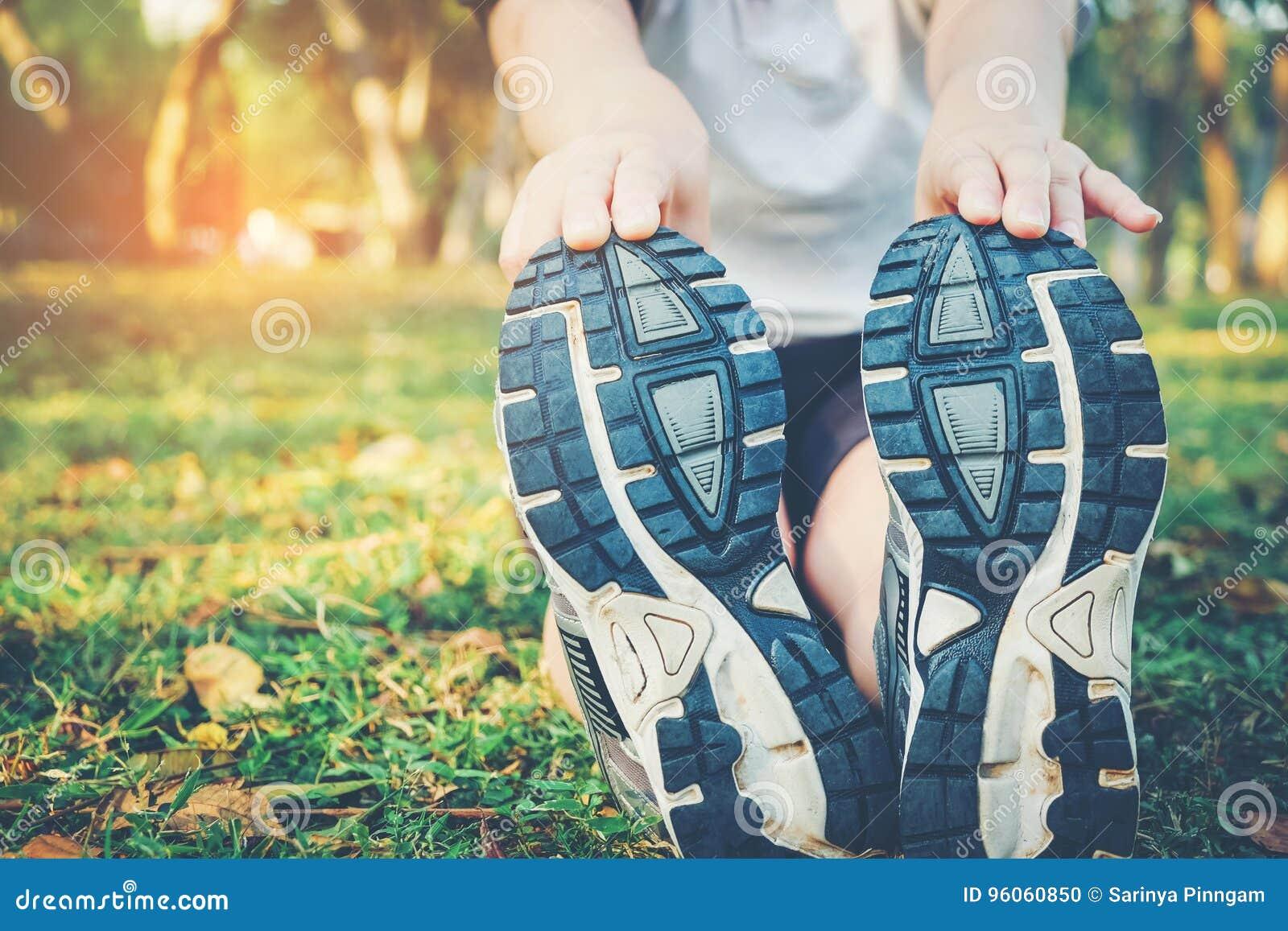 Femmes s étirant après sport sur l herbe