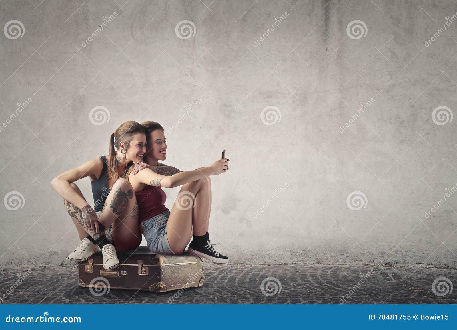 Femmes s asseyant sur un sac