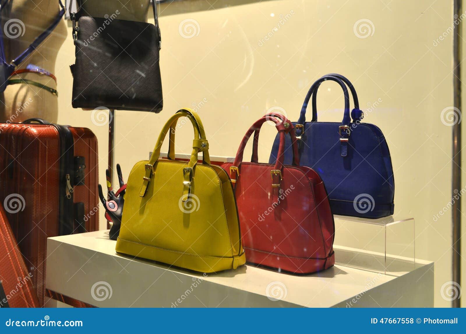 9d9f743b8c8 Femmes sac à main et accessoires dans l affichage de fenêtre de boutique de  mode