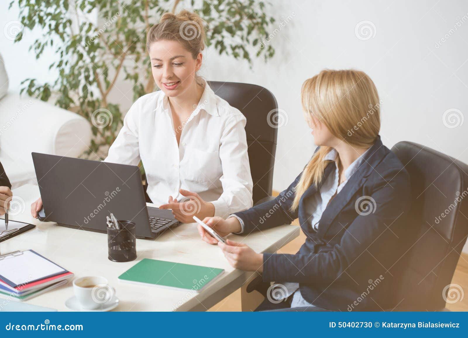 Femmes sur la réunion d affaires