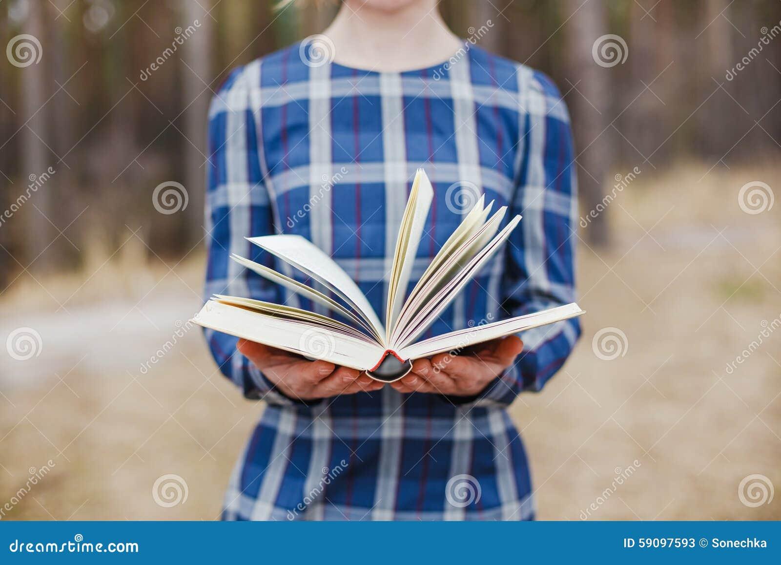 Femmes tenant le livre ouvert dans des mains