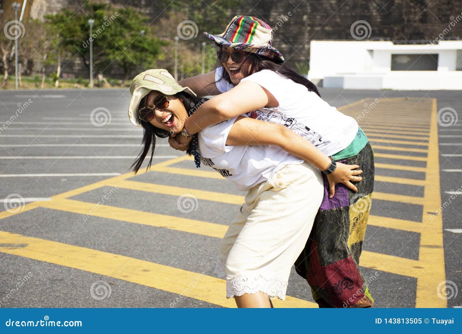 Femmes thaïlandaises asiatiques mère et pose de voyage de fille et jeu sur le stationnement de Khun Dan Prakan Chon Dam dans Nakh