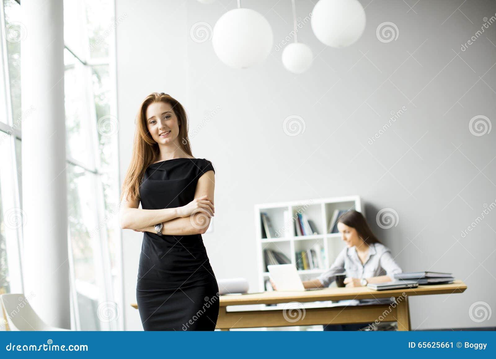 Femmes travaillant dans le bureau