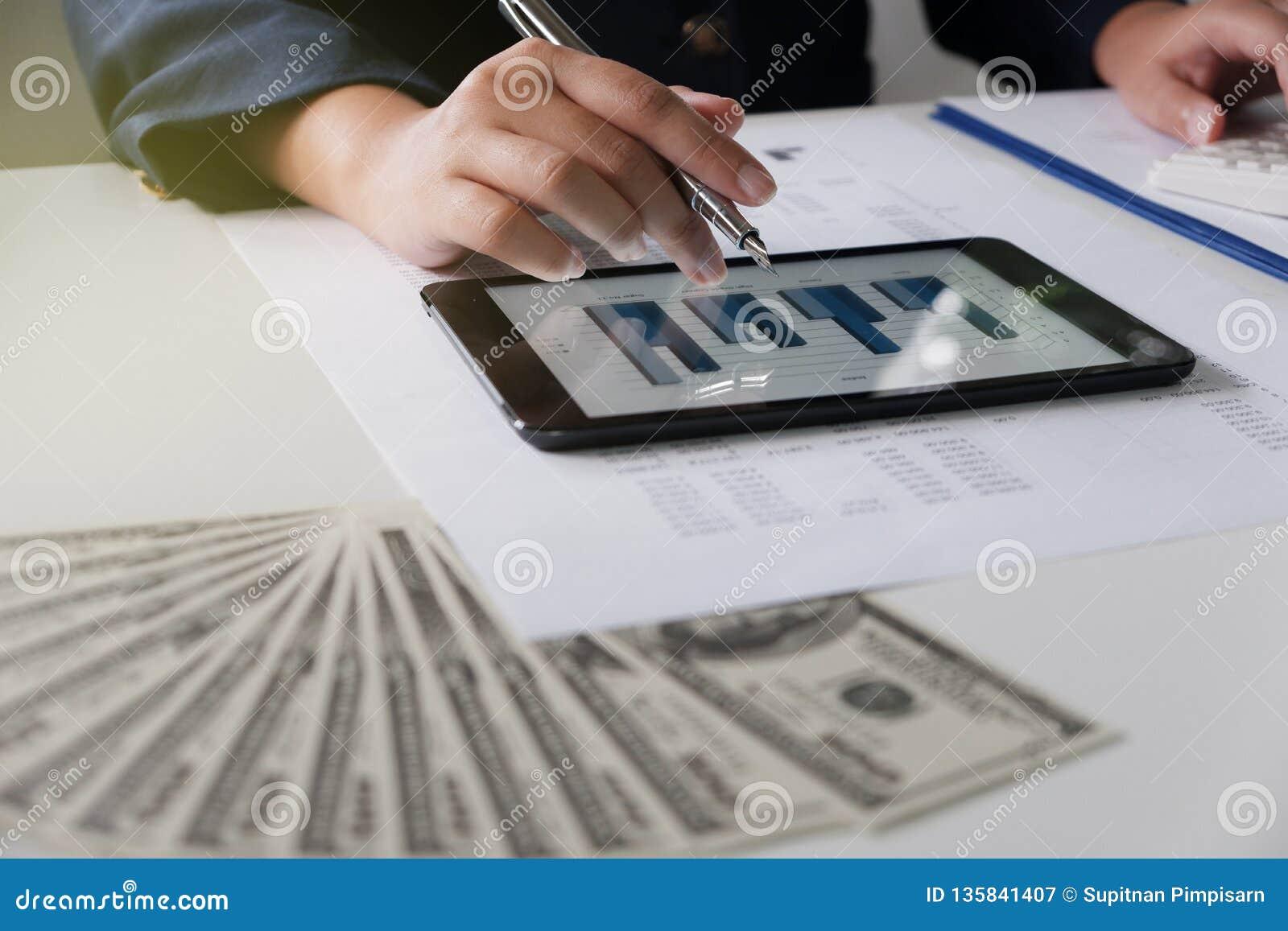Femmes travaillant dans le bureau analyse financière avec des diagrammes sur le comprimé pour des affaires, la comptabilité, l as