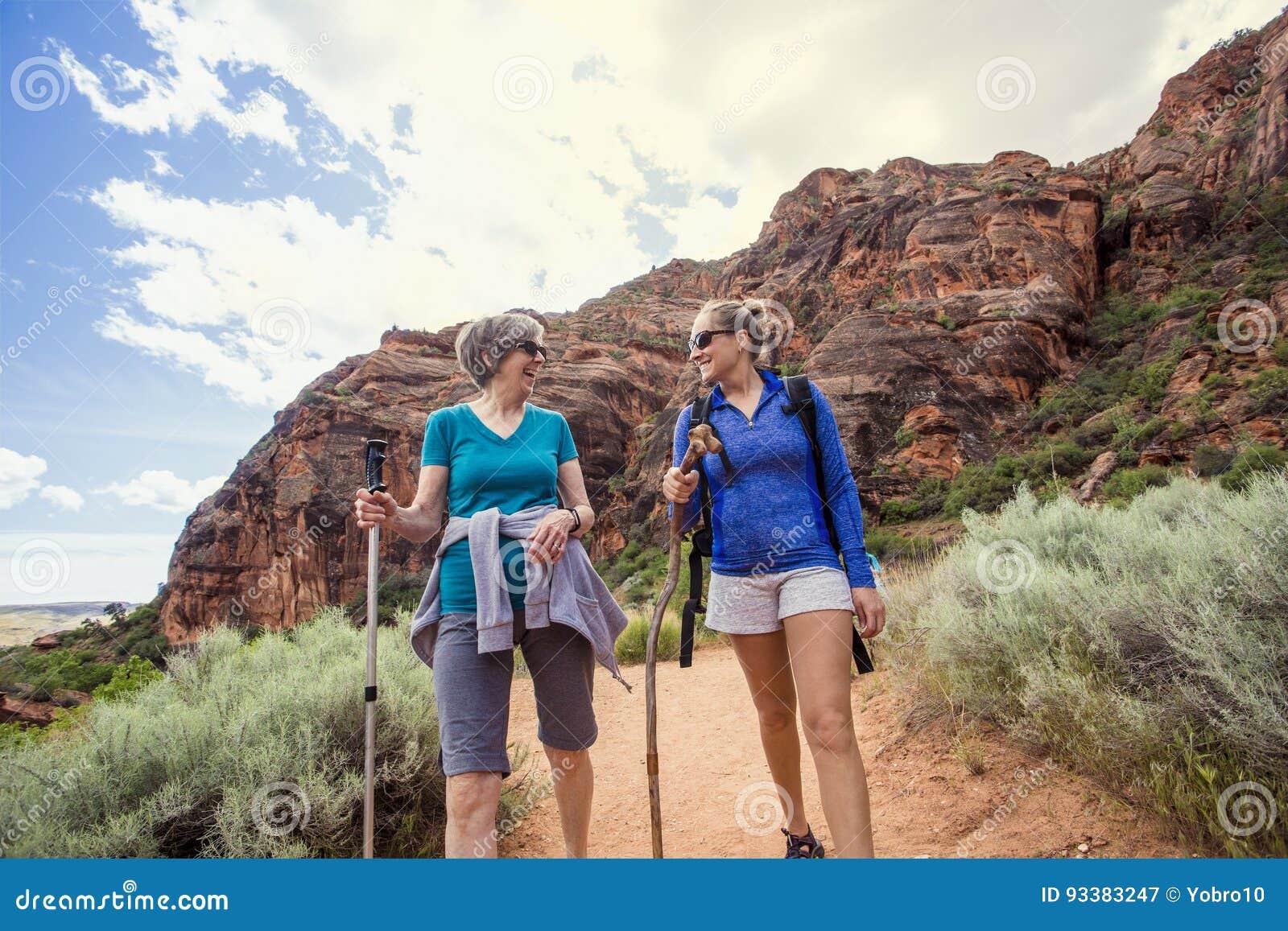 Femmes trimardant ensemble dans un beau canyon rouge de roche