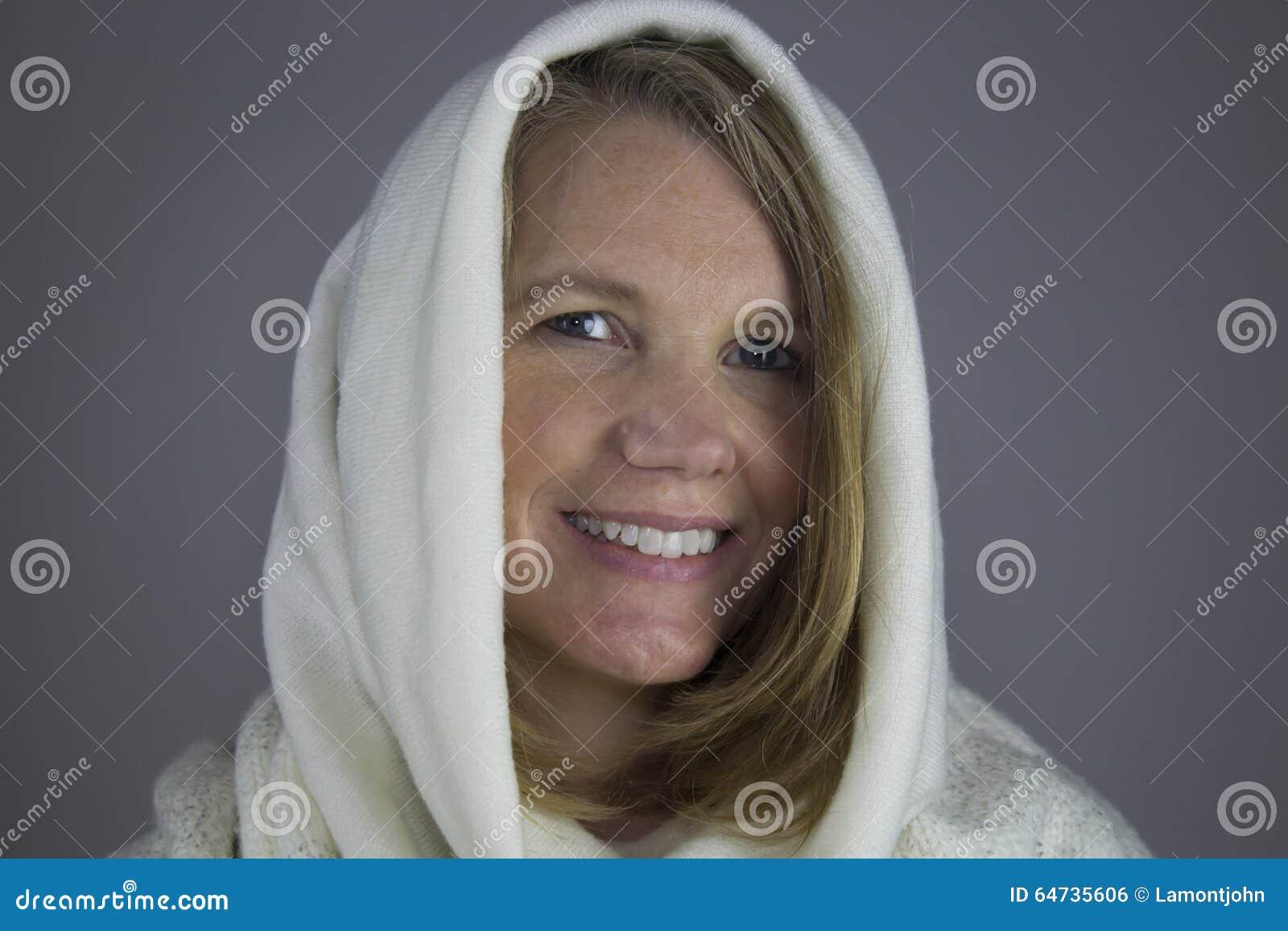 Femmina bionda con il maglione bianco